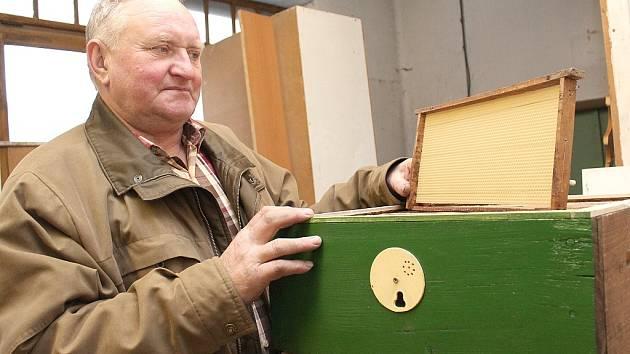 Jednatel mšenské včelařské organizace Rudolf Říha se stará o dvanáct včelstev.