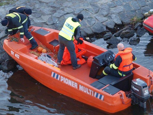 Po muži pátrali policisté z člunů na hladině i potápěči pod vodou.