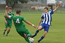 Matouš Brabec (vpravo, během pohárového utkání s Vltavínem) vstřelil proti Letohradu svůj první gól za Libiš i v divizi.
