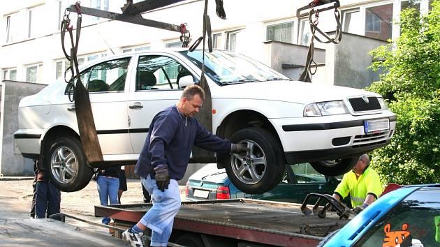 Odtaženo muselo být jednašedesát aut.
