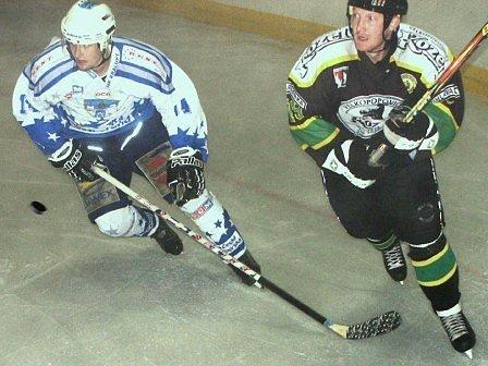 Nejvíce branek v utkání s Popovicemi inkasovali hokejisté Kralup v poslední části (0:3). Na snímku bojuje o puk s hostujícím útočníkem domácí Marian Šťastný (vlevo).