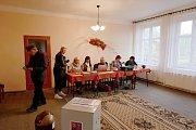Volební komise v Čečelicích v dámské sestavě. Myslelo se na všechno. V rohu místnosti připravena kolébka, kdyby bylo potřeba při vyplňování lístku odložit miminko.