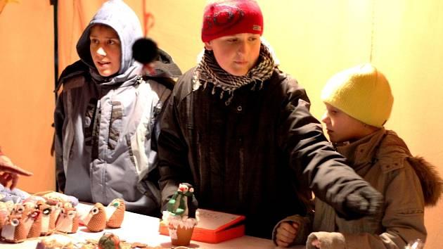 Žáci všetatské školy prodávali na vánočním jarmarku vlastní výrobky.