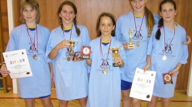 Kralupanky Anna Fuková (zleva), Adéla Kohoutová, Adéla Hurtíková, Magda Šlehoferová a Andrea Procházková si z turnaje v Ostravě odvezly domů také individuální ocenění.