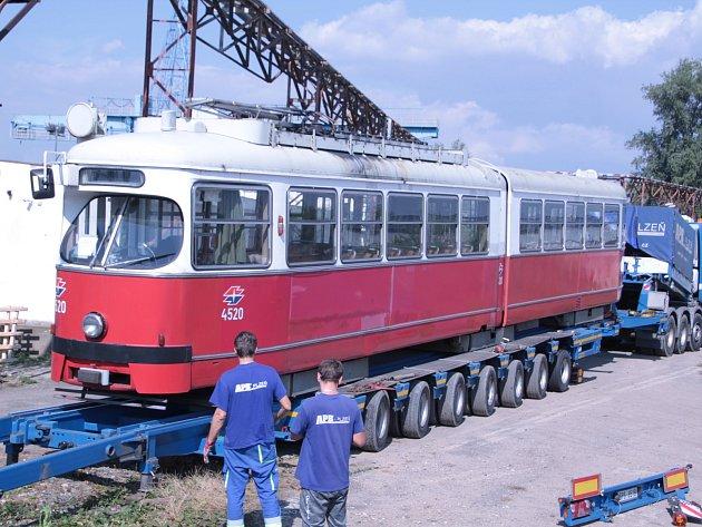 V noci na středu bylo možné na silnicích potkat rakouskou historickou tramvaj typu E1.