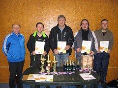 Novoroční turnaj stolních tenistů. Poháry útěchy byly hráčům předány společně s diplomy.