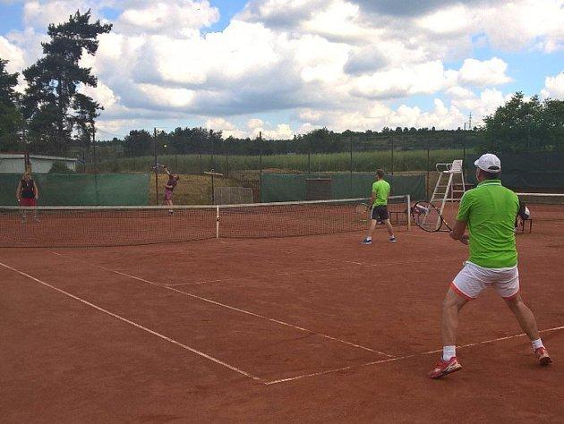 Dvanáct dvoučlenných týmů z celého kraje se zúčastnilo tenisového turnaje ve čtyřhře v Dolních Beřkovicích.