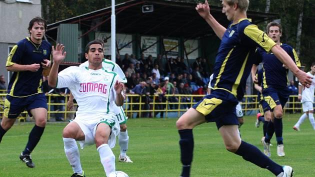 Fotbalisté Neratovic (modré dresy) remizovali 1:1 na hřišti FC Nový Bor, který tak v aktuální sezoně ztratil první dva body v domácím prostředí.