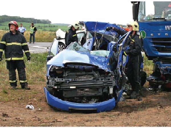 Silnice mezi Mělníkem a Novou Vsí – 3.července 2007.Při tragické nehodě zahynuli dva lidé.