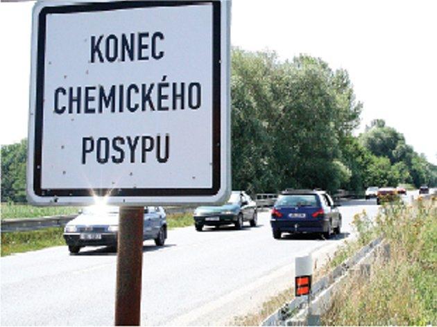 Přehledný úsek silnice mezi Větrušicemi a Štěpánským mostem. Nehody tam  způsobují předjíždějící hazardéři.