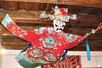 EXPOZICE ve foyer společenského domu představí vedle Sklenářových grafik i čínské kostýmy a masky.