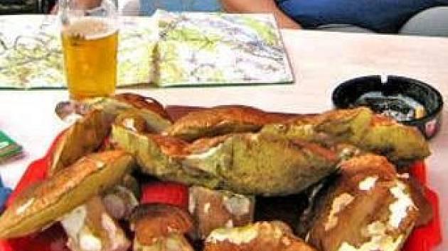 HŘIBY. Turisté ze mšenského kempu našli v lesích  na Kokořínsku jedenáct nádherných hřibů. Největší z nich vážil sedm set gramů. Kuchařky  z darovaných hub připravily chutnou večeři.