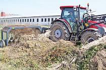 Chorušice si pro potřeby obecní kompostárny pořídily překopávač kompostu.
