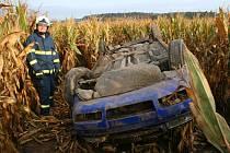 Řidič octavie skončil po nehodě mezi kukuřičnými klasy.