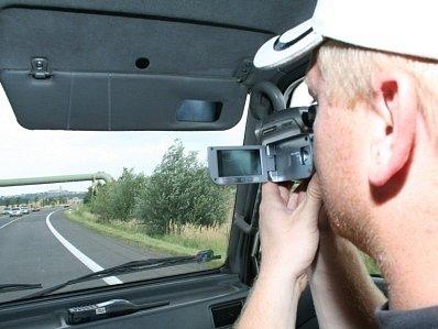 Důkazy na kameře řidiči zpochybnit nemohou. Polcisté v civilně vyhlížejících autech sledovali vše.