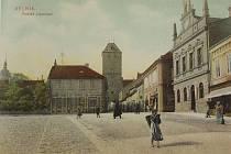 ROK 1906. Pohled přes mělnické náměstí Karla IV. k Pražské bráně.