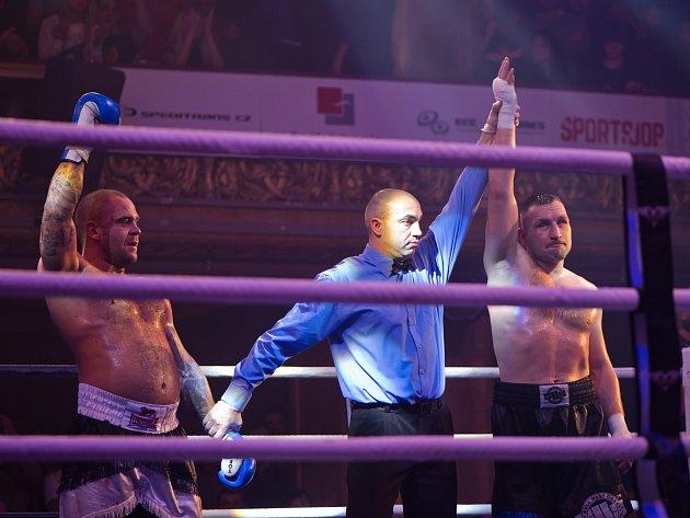 Lukáš Skirca a Luboš Šuda po zápase během galavečera profesionálního boxu ve velkém sále Lucerny v Praze 30. prosince 2014.