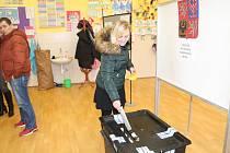 Tentokrát fotografie voličky ve volebním okrsku č. 8 v Kralupech nad Vltavou.