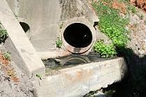 Bez kanalizace zůstávají splašky v příkopu u mlýnského náhonu.