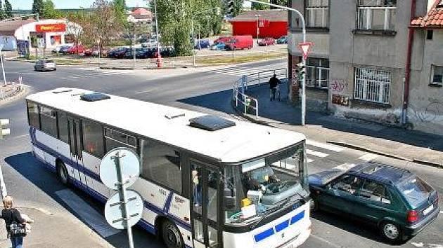 ZATÍŽENÍ PROVOZEM. Lidem v Nemocniční ulici vadí hlavně autobusová doprava.