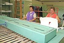 NA ŽEHLENÍ prádla v prádelně Psychyatrické léčebny Horní Beřkovice používají tříválcový korytový mandl.