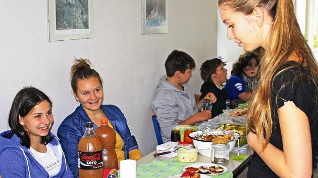 Studenti uspořádali farmářský trh proti hladomoru ve světě