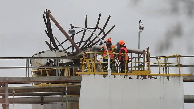 Při výbuchu v chemičce Synthos 22. března minulého roku zemřelo šest lidí, z toho bylo pět občanů Rumunska.