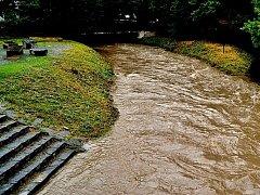Zákolanskému potoku chybělo pár centimetrů, aby se vylil ze břehů.