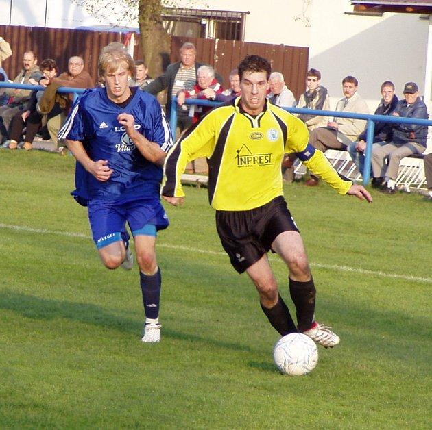Z divizního utkání Libiš (ve žlutém) - Loko Vltavín (0:1).
