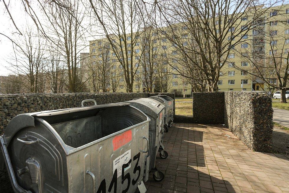 Nepořádek u popelnic v Neratovicích na Mělnicku.