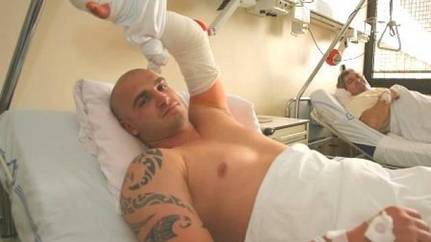 Boxer Rudolf Kraj měl po operaci lokte velké bolesti, přesto ale koukal po sestřičkách.