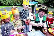Karel IV., který přišel děti pasovat na krále, si na společné hostině pochutnal na lívancích s povidly.
