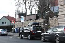 Základní škola Jaroslava Seiferta již v těchto dnech také disponuje parkovištěm K+R.