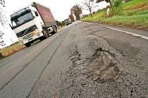 Zničená silnice u Liblic lomcuje s každým projíždějícím autem.