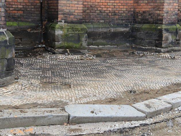 Dlaždiči chodník přeloží podle původních vzorů.