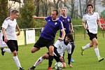 Fotbalisté Lužce (v bílém) si v domácím prostředí poradili s Chotětovem. Soupeře, který patřil v loňské sezoně mezi nejlepší týmy skupiny, porazili 3:1.