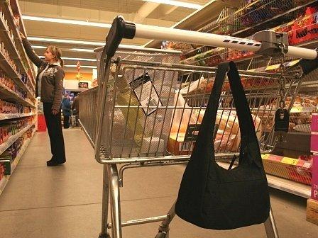 Naprosto nezodpovědně se chová obrovské množství nakupujících lidí v obchodech. Předvánoční čas je přitom rájem pro zloděje, kteří využívají podobných situací, jaké vyobrazuje tato fotografie.