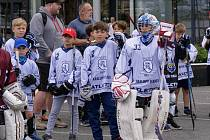 JAKO PLAMENY. Mladí kralupští hokejisté na turnaji ve street hokeji představovali tým Calgary Flames, v jehož barvách Jaromír Jágr končil svou bohatou zámořskou kariéru.