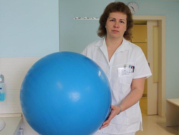 Primářka Mária Procházková s relaxačním míčem, který v teplé sprše přispívá k úlevě bolesti rodiček.