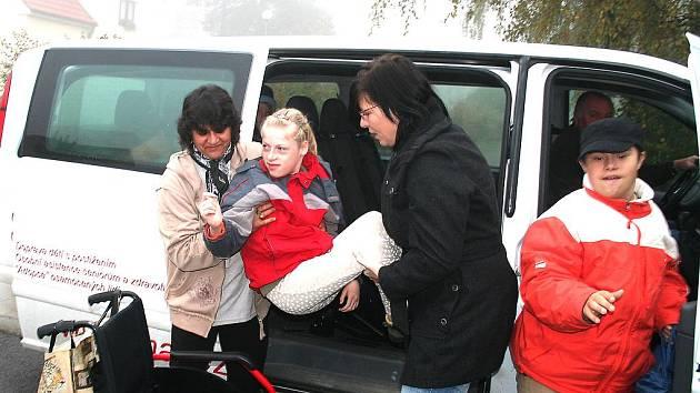 Postižené děti z Mělnicka sváží do škol Maltézská pomoc