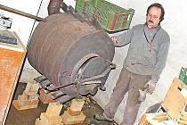 VLHKÝ suterén domu, do kterého se neustále prosakuje spodní voda, se Zdeněk Drbohlav pokoušel vysušit horkovzdušnými kamny. Ty musel postavit na několik cihel, aby nestály ve vodě. Ani to ale nepomohlo.