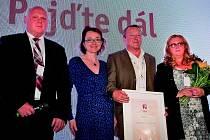 Cenu převzali  předseda neziskové organizace Libor Procházka (druhý zprava) a jeho manželka Libuše (vpravo), která je zároveň vedoucí chráněného pracoviště