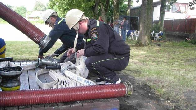 Hřiště v Byšicích skrápěli zmáchaní dobrovolní hasiči