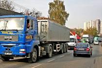 Kolony automobilů. Obrázek, který je řidičům v Mělníku dobře známý. Obchvat dopravě v ulicích města ulehčí.