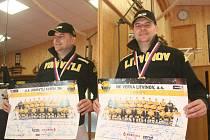 Mělnický fyzioterapeut Milan Javanský se zlatou medailí pro vítěze hokejové extraligy.