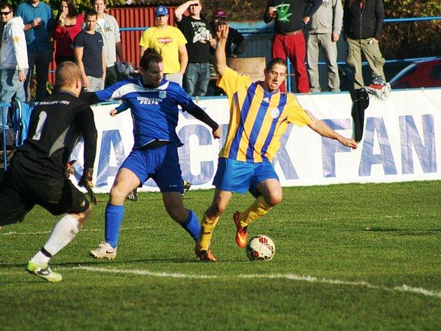 Fotbalisté Obříství (ve žlutém) podlehli v Českém poháru soupeři z Dolních Beřkovic. Kralupy (v modrém) prohrály se soupeřem z Veltrus.