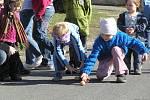 2012 Vynášení Morany - jarní hry z muzejní nůše u řeky.