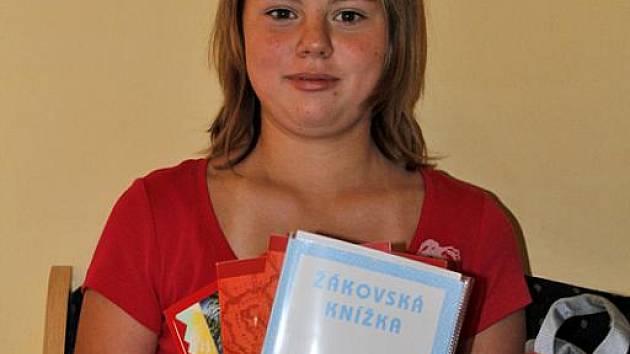 Obalené sešity i učebnice už má i Katka, žákyně osmé třídy Základní školy v Obříství.
