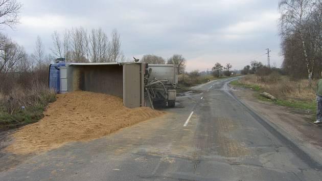 Pondělní ranní nehoda kamionu s pískem u obce Červená Píska
