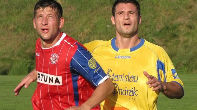 Martin Viskup (vpravo) oblékl po deseti letech jiný než ovčárský dres.